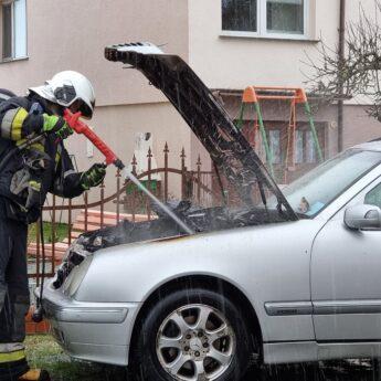 Pożar samochodu w Dziwnówku! W akcji dwa zastępy strażaków