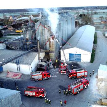 Pożar w wytwórni pasz w Ciesławiu. W akcji pięć zastępów straży