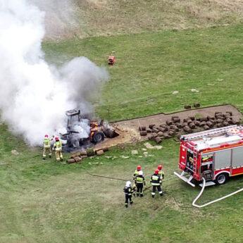 Nie pomogła interwencja strażaków. Ogień doszczętnie strawił ładowarkę w Grębowie