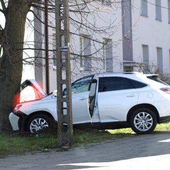 Pomyliła gaz z hamulcem. Lexusem prosto w drzewo!