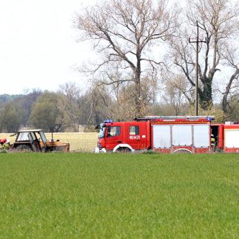 W ciągniku wybuchł akumulator. Strażacy zareagowali błyskawicznie