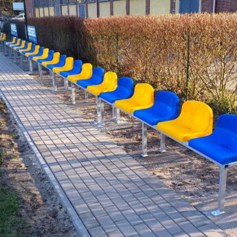 Nowe krzesełka na Stadionie Miejskim w Dziwnowie