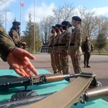 Ukończyły szkolenie podstawowe. 22 panie z dziwnowskiego batalionu otrzymały broń!