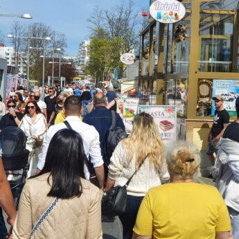 Tłumy w Międzyzdrojach. Na ulicach jak przed koronawirusem