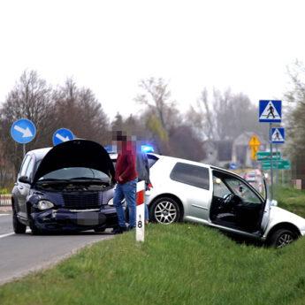 Kolizja dwóch aut pod Dziwnówkiem. VW skończył swoją podróż w przydrożnym rowie