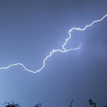 Jest ostrzeżenie przed porywistym wiatrem oraz burzami