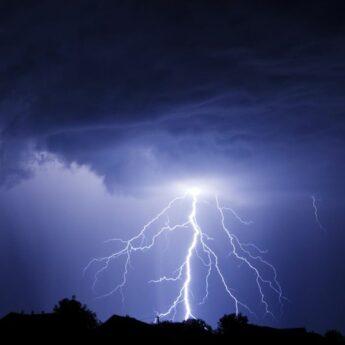 Centrum Zarządzania Kryzysowego ostrzega przed burzami i silnym wiatrem w strefie nadmorskiej