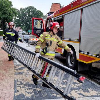 Kobieta wymagała pomocy. Strażacy musieli wejść przez okno