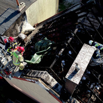 Centrum Kamienia Pomorskiego zamknięto. Strażacy przykryli spalony dach budynku [Zdjęcia]