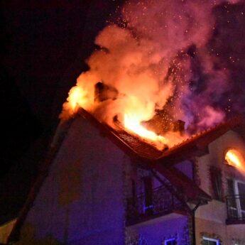Pożar w Kamieniu Pomorskim! Poddasze budynku spłonęło doszczętnie! [Zdjęcia, Film]