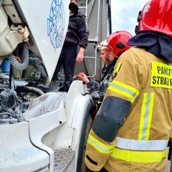 Ciągnik zapalił się w trakcie jazdy. Pomogli inni kierowcy