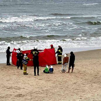 Dramatyczne sceny na plaży w Międzyzdrojach. Nie żyje mężczyzna